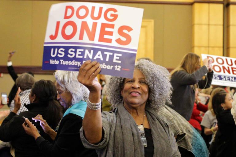 Eleitora comemora vitória de Doug Jones no Alabama; 98% das mulheres negras votaram no democrata