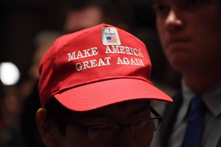 Eleitor do Alabama coloca adesivo de que votou em boné com slogan da campanha de Donald Trump