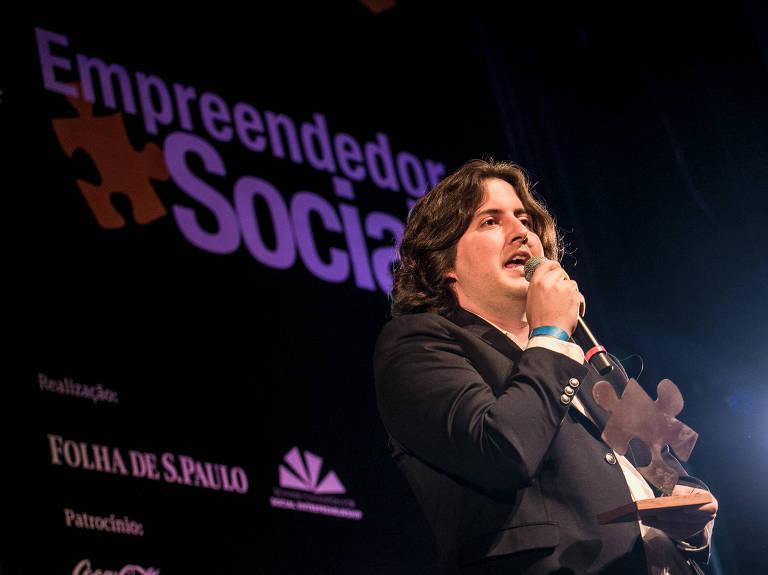 Ralf Toenjes discursa com troféu – Keiny Andrade/Folhapress