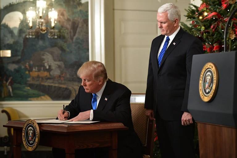 O vice-presidente americano Mike Pence (em pé) ao lado de Trump durante o discurso sobre Jerusalém