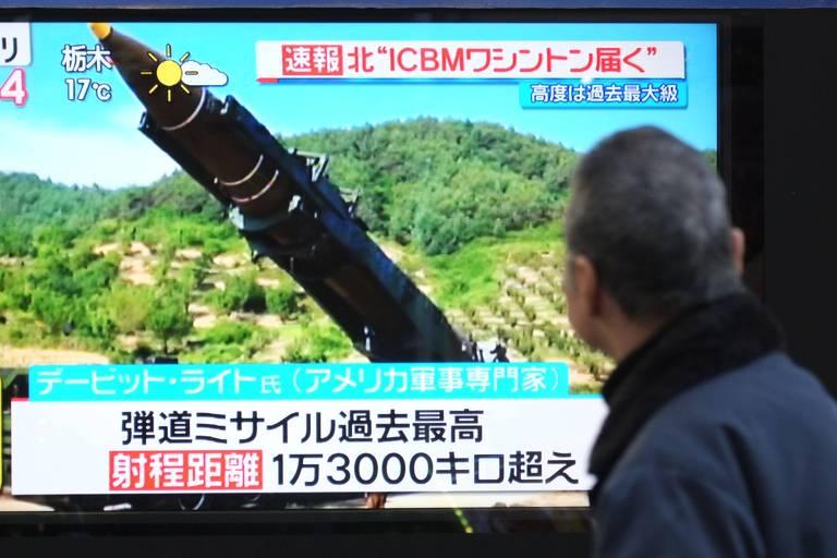 Pedestre observa noticiário sobre lançamento de mísseis norte-coreano em vitrine de Tóquio