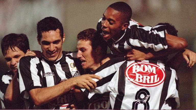 Diego, Alberto Elano, Robinho e Renato comemoram o terceiro gol do Santos em 2002