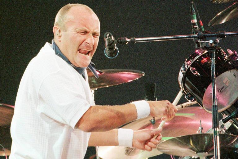O cantor britânico Phil Collins toca bateria durante show realizado em Barcelona.