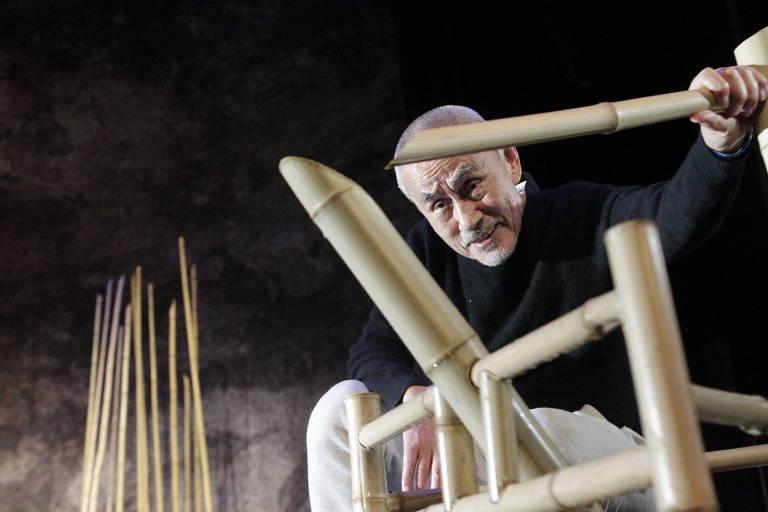 O ator e diretor japonês Yoshi Oida no cenário de 'A Canção da Terra', no palco do Sesc Pinheiros