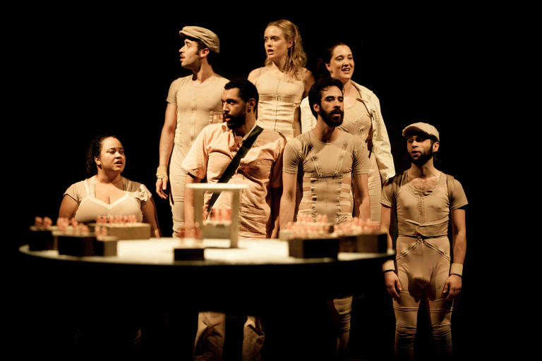 """Peça """"Canto para Rinocerontes e Homens"""", do grupo Teatro do Osso, direção de Rogério Tarifa"""