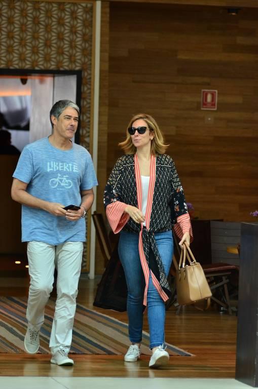 William Bonner passeia com a namorada, Natasha Dantas, em shopping no Rio