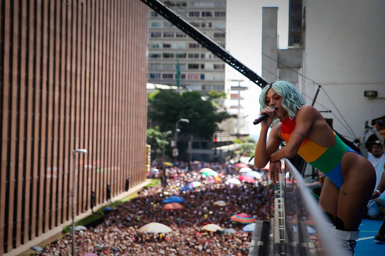 Show de Pablo Vittar reúne multidão na rua Augusta, na região central de São Paulo