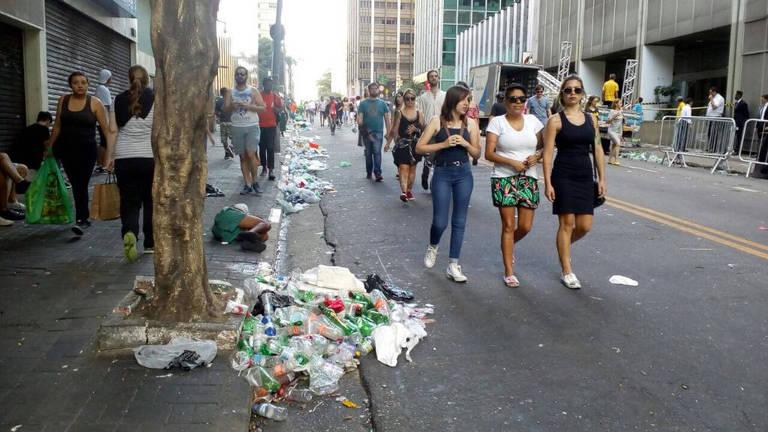Lixo acumulado após show da Pabllo Vittar