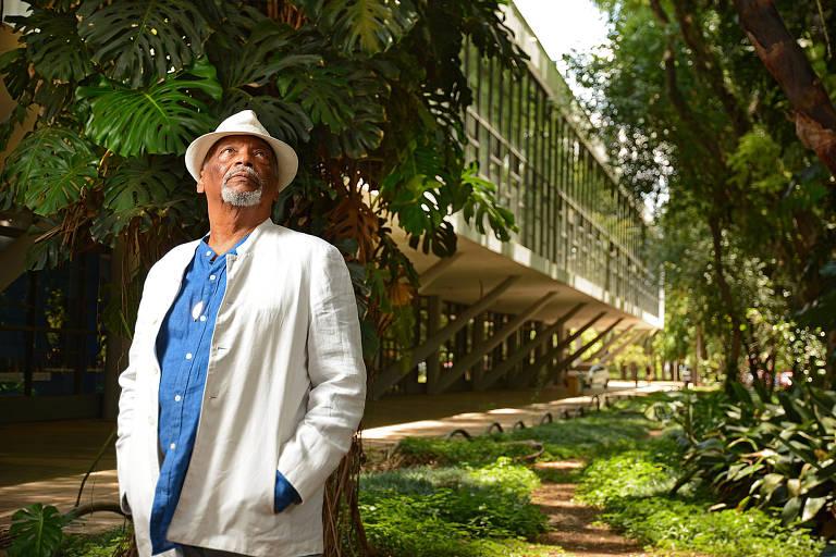 Emanoel Araujo, em frente ao museu Afro Brasil, que dirige desde 2004