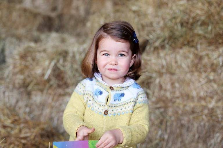 Princesa Charlotte, filha do príncipe britânico William, posa para foto de divulgação