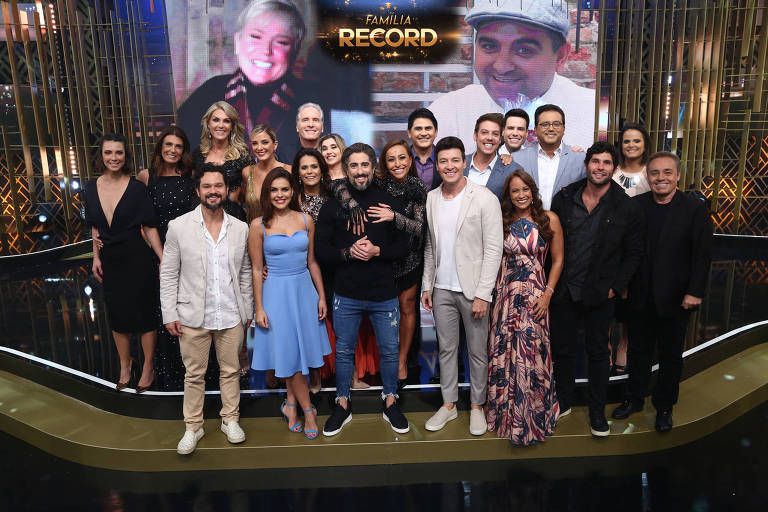 "Apresentadores e estrelas da Record reunidos para o programa ""Família Record"""