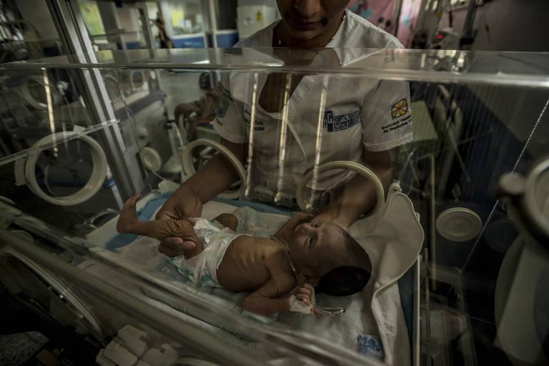 A médica Milagros Hernández segura Esteban Granadillo, internado aos 18 dias de nascimento