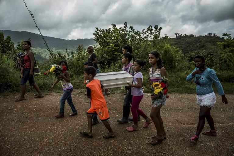 Familiares de Kleiver Enrique, que morreu de desnutrição aos três meses, levam o caixão ao cemitério