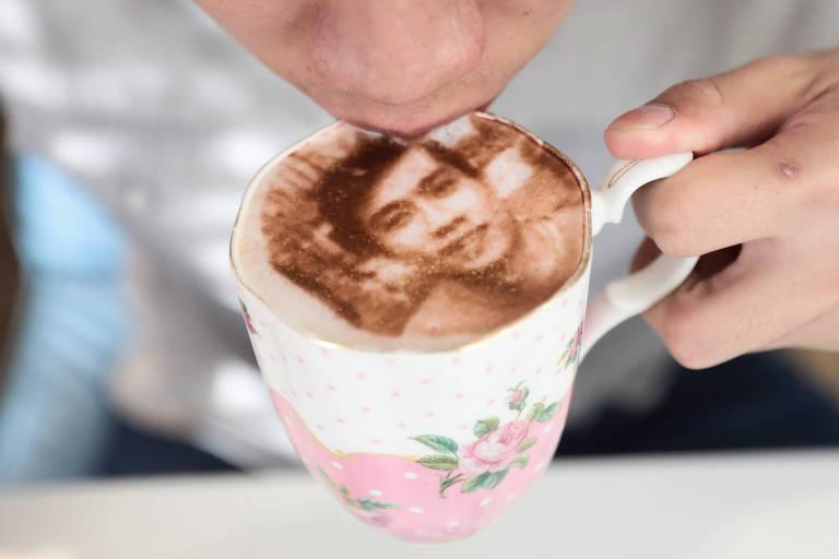 A cafeteria Tea Terrace, de Londres, 'desenha selfies' de clientes na espuma de bebidas