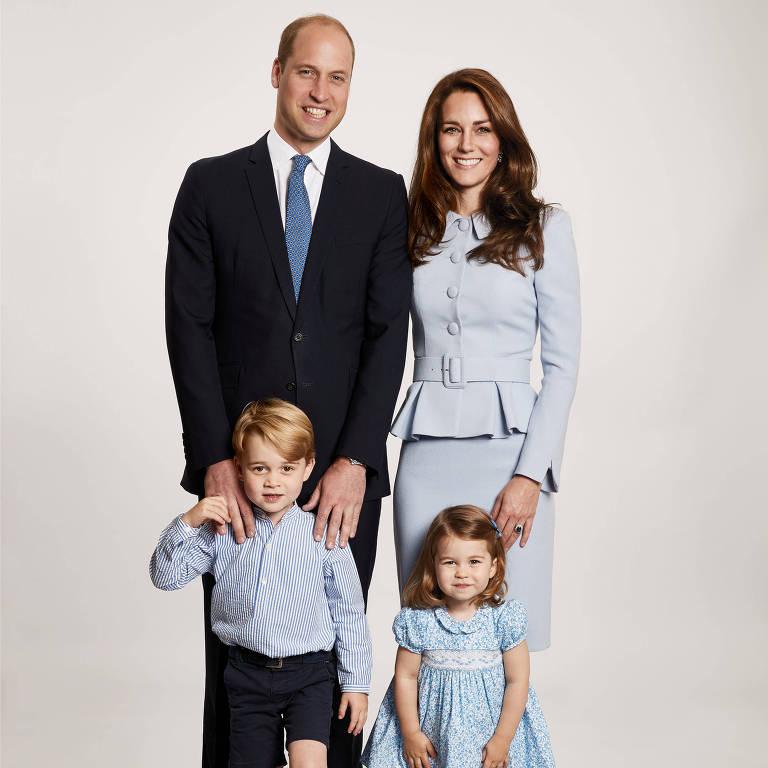 A foto de família do príncipe Inglês William,35, com a mulher, Kate Middleton, 35, a duquesa de Cambridge, e seus dois filhos, George, 4, e a princesa Charlotte, 2. A imagem foi clicada por Chris Jackson