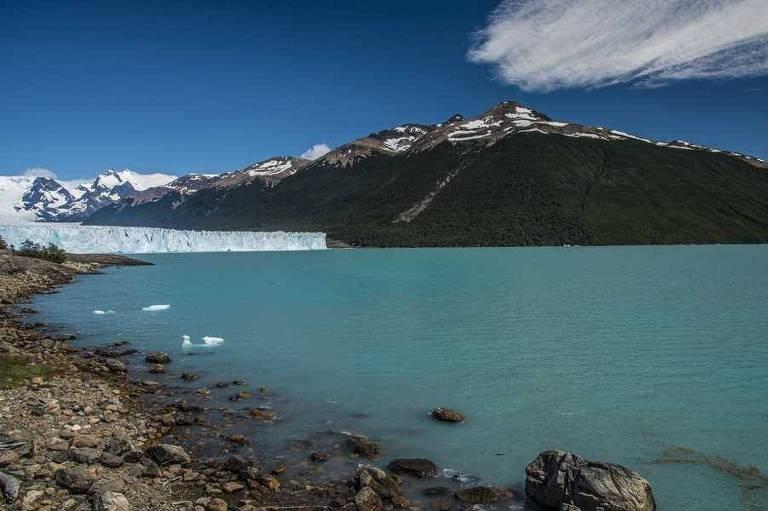 Lago na Patagônia Argentina, com glaciar ao fundo