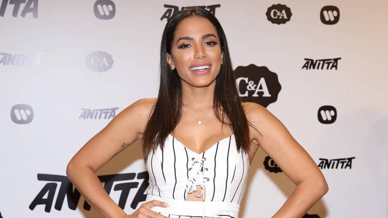 A cantora Anitta causou tumulto em uma loja ao participar do lançamento de uma nova coleção de roupas
