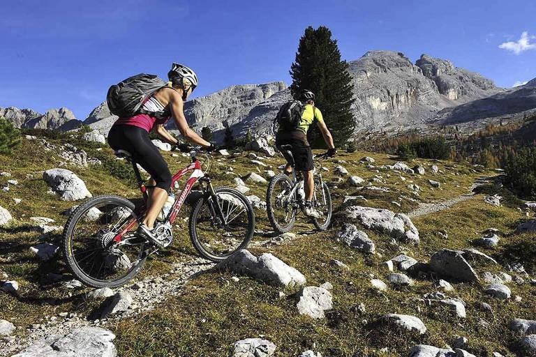 Ciclistas durante atividade em Marbella, na Espanha