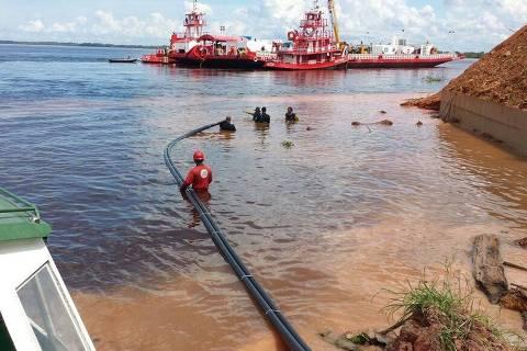 Cabos de fibra ótica, transportados por embarcação do Exército, são lançados no leito do rio Negro, no trecho de Manaus para Novo Airão, no Projeto Amazônia Conectada