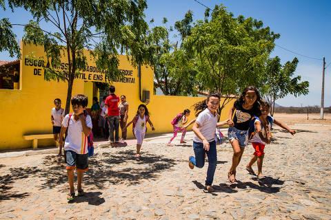 Governo Bolsonaro suspende avaliação de alfabetização por dois anos