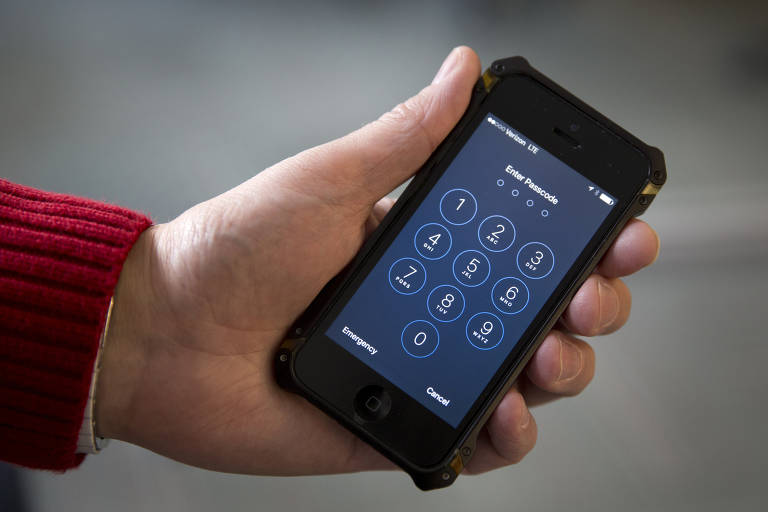Homem segura iPhone