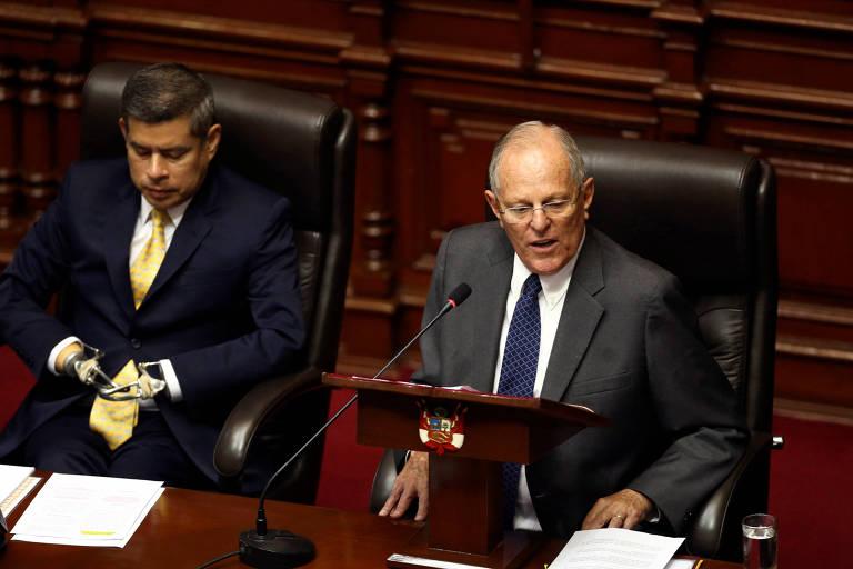 O presidente do Peru, Pedro Pablo Kuczynski (direita), apresenta sua defesa ao lado do presidente do Congresso, Luis Galarreta, em Lima