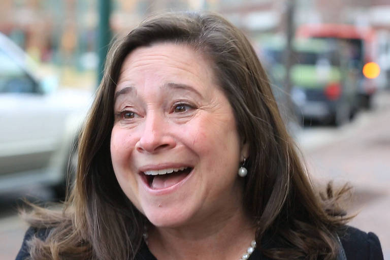 A candidata democrata Shelly Simonds comemora ap�s uma recontagem dar a vit�ria a ela; no dia seguinte, a Justi�a decidiu que a disputa na verdade terminou empatada e ser� decidida por sorteio