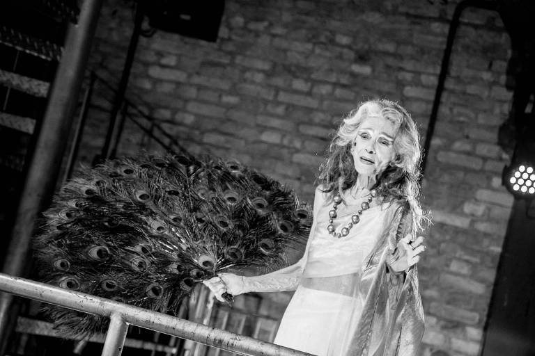 "Vera Valdez interpreta Hera em ""Bacantes"""