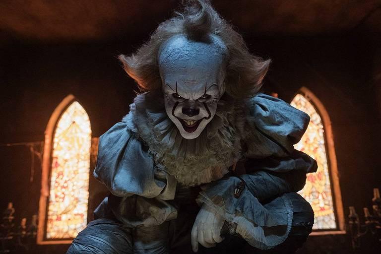 """O ator Bill Skarsgård como o vilão Pennywise em cena do filme """"It: A Coisa'"""