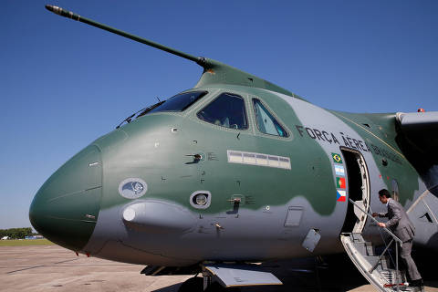 FILE PHOTO: An Embraer KC-390, a medium-size, twin-engine jet-powered military transport aircraft, is seen parked before a flying display, on the eve of the 52nd Paris Air Show at Le Bourget Airport near Paris, France, June 18, 2017.  REUTERS/Pascal Rossignol/File Photo ORG XMIT: TOR243