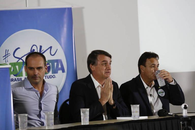 Em foto de 2017, os então deputados federais Eduardo Bolsonaro e Jair Bolsonaro participam de evento em Ribeirão Preto com o presidente do Patriota, Adilson Barroso (dir.)