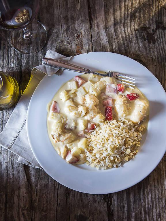 Cavaquinha Tropical (preparada ao vinho branco com creme de leite e frutas da estação, servida com) arroz com amêndoas é opção de Natal na Tasca do Zé e da Maria