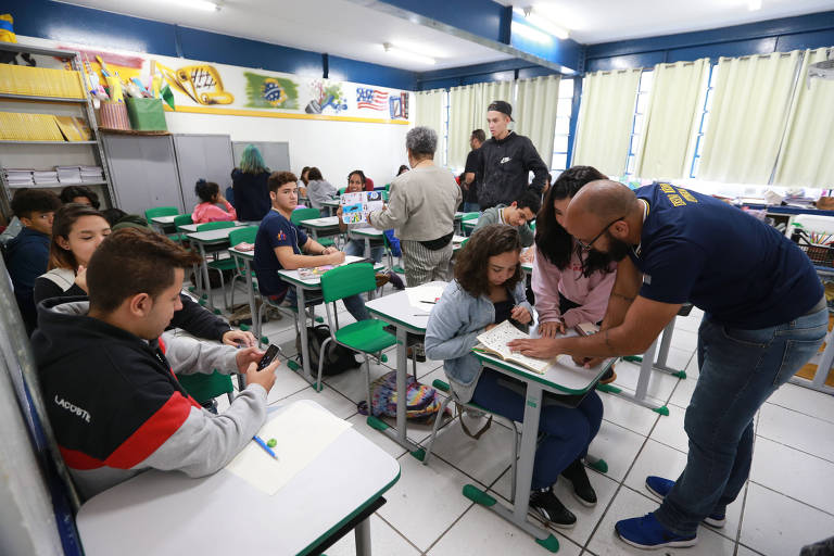 Jovens durante aula em escola estadual de Guarulhos, na região metropolitana de São Paulo