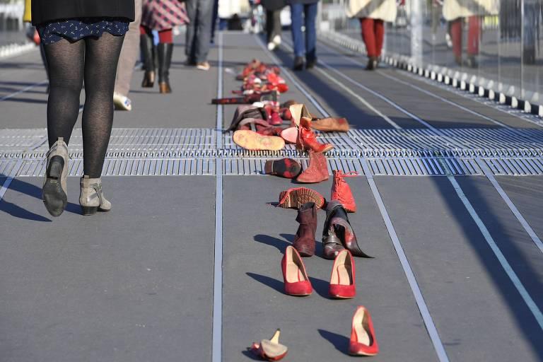 Sapatos femininos s�o colocados em fila em protesto contra a viol�ncia contra a mulher em Nantes