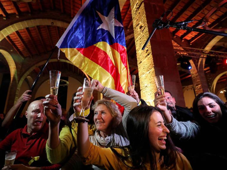 Catalães pró-independência comemoram em Barcelona o resultado das eleições gerais na região autônoma