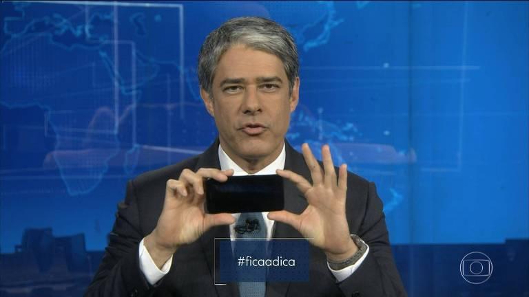 William Bonner faz tutorial de como gravar com o celular durante 'Jornal Nacional' vira meme