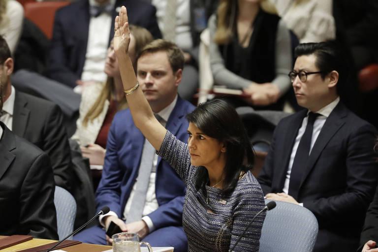 A embaixadora dos EUA na ONU, Nikki Haley, vota a favor de resolução no Conselho de Segurança da ONU
