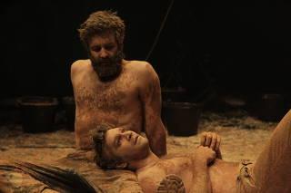 Gustavo Vaz e Armando Babaioff (deitado) em cena da peça 'Tom na Fazenda