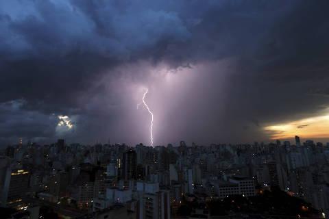 SÃO PAULO, SP, BRASIL, 09-02-2013: Vista geral da região do centro da cidade de São Paulo, em meio a temporal com fortes chuvas e raios após dia de forte calor, em São Paulo (SP).  (Foto: Joel Silva/ Folhapress)