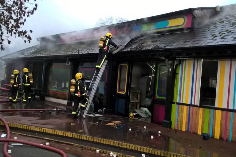 Bombeiros apagam incêndio que atingiu o zoológico de Londres
