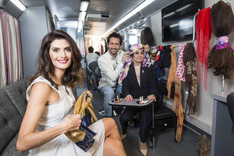 A modelo e apresentadora Isabella Fiorentino com Arlindo Grund ao lado da ativista Valeria Baraccat