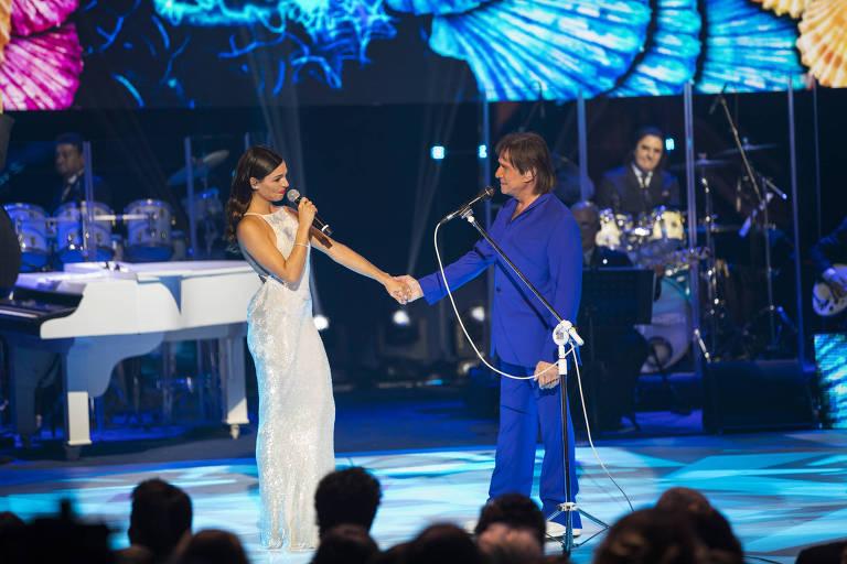 Roberto Carlos canta com a atriz Isis Valverde