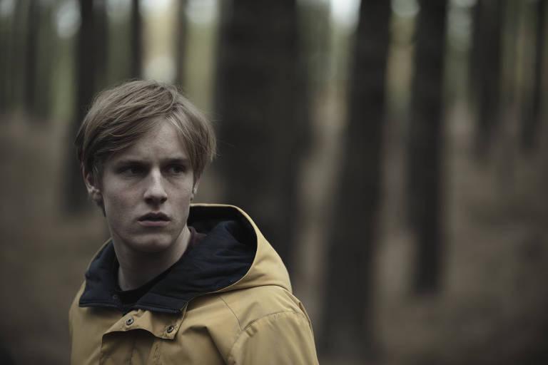 """Louis Hofmann em cena da primeira temporada da série alemã """"Dark"""" (Netflix)"""