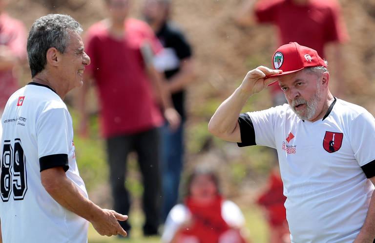Chico e Lula de camisa de futebol em campo
