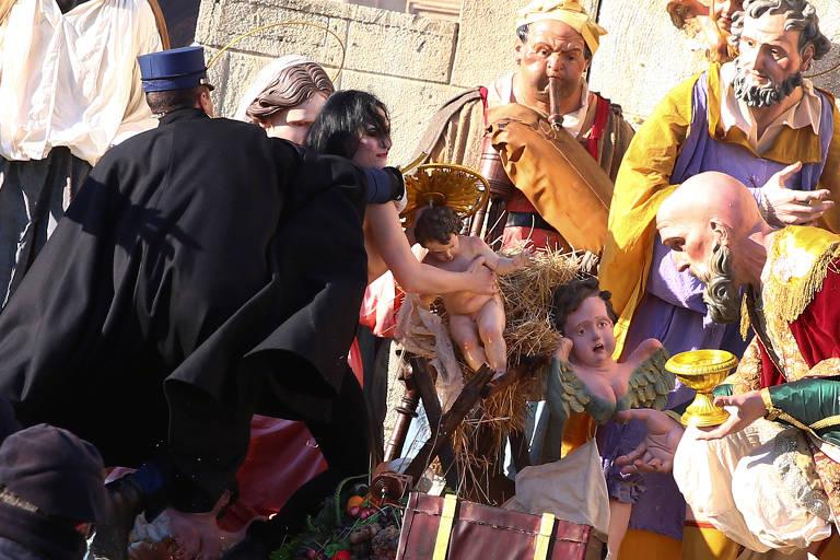 Gendarme do Vatican impede ativista do Femen de furtar estátua do Menino Jesus do presépio da praça São Pedro