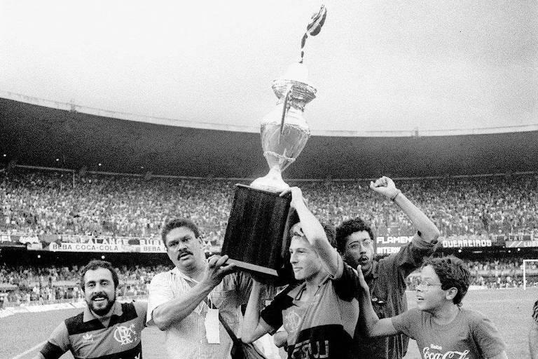 Leonardo com troféu do Flamengo no Maracanã, em 1987