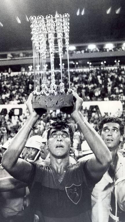 Estevam Soares levanta ta�a do Sport no campeonato de 1987