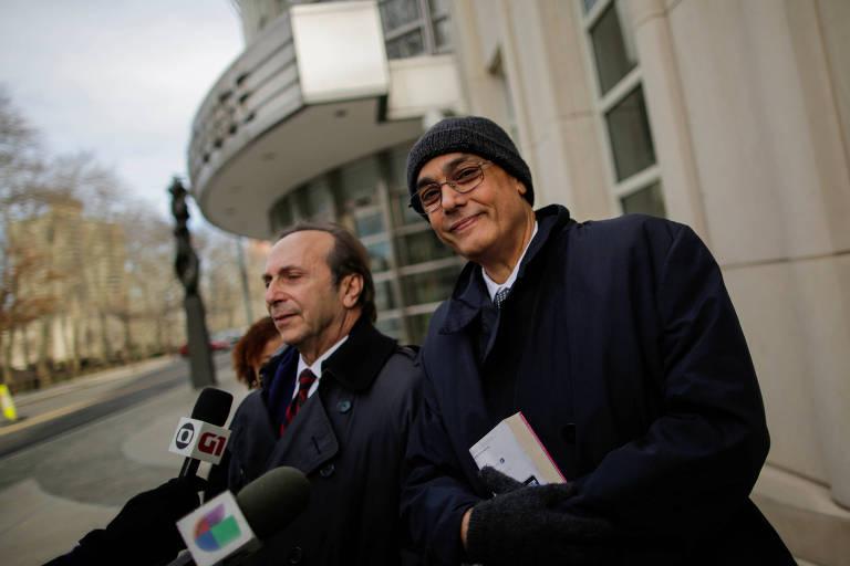Manuel Burga (dir.), dirigente peruano absolvido pelo júri em Nova York, sorri na saída do julgamento