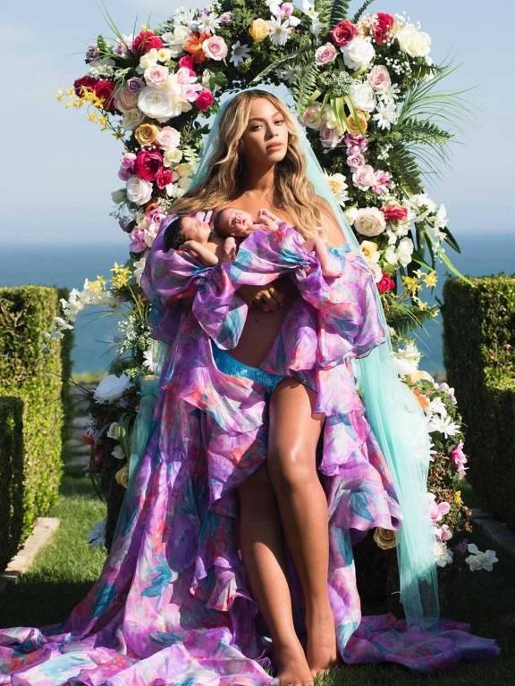 Beyoncé posa com seus filhos gêmeos, Sir Carter e Rumi