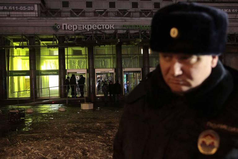 Policial diante de supermercado onde houve explosão em São Petersburgo